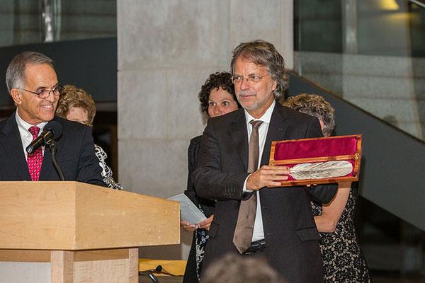 Mia Couto receiving the Neustadt feather. Photo by Vanesssa Rudloff.